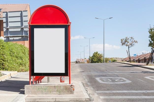 Leere anschlagtafel auf stadtbusbahnhof durch den straßenrand Kostenlose Fotos