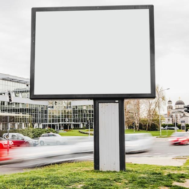 Leere anschlagtafel bereit zur neuen reklameanzeige Kostenlose Fotos