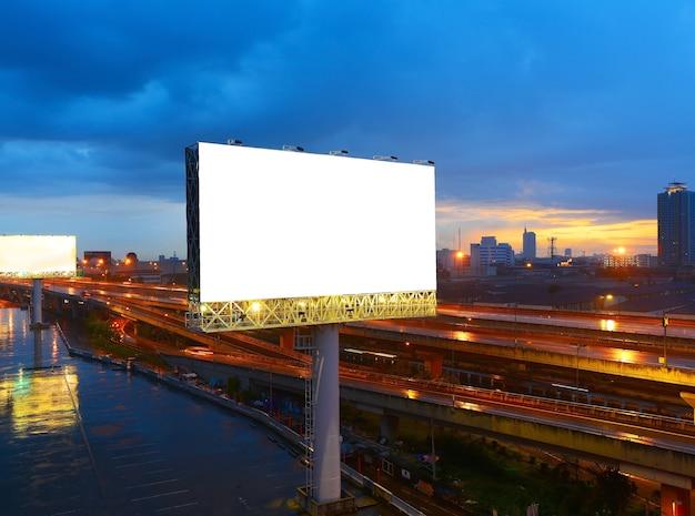 Leere anschlagtafel bereit zur neuen reklameanzeige Premium Fotos