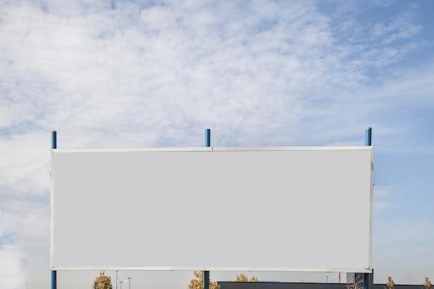 Leere anschlagtafel mit kopienraum für textnachricht oder inhalt gegen himmel Kostenlose Fotos