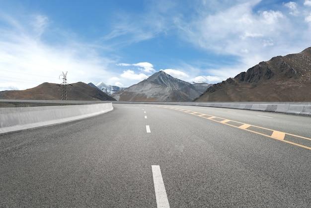 Leere autobahnen und ferne berge Premium Fotos