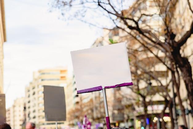 Leere banner, die von menschen während der demonstrationen gehalten werden und mit text ergänzt werden. Premium Fotos
