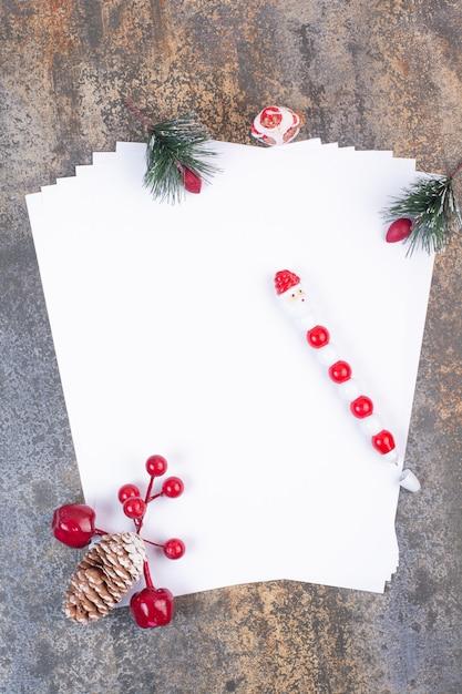 Leere blätter mit weihnachtsdekoration auf marmoroberfläche Kostenlose Fotos