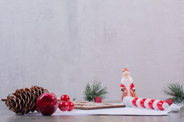 Leere blätter mit weihnachtsdekoration auf steinoberfläche Kostenlose Fotos
