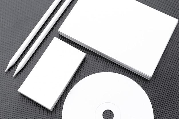 Leere briefpapierschablone auf schwarzem. Premium Fotos