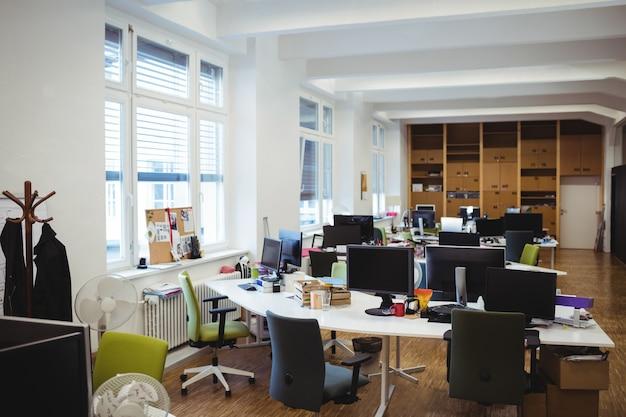 Leere Büroarbeitsplatz Mit Tisch Stuhl Und Puter