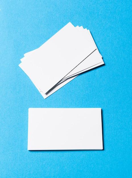 Leere bürogegenstände organisiert für firmendarstellung auf blauem papier Premium Fotos