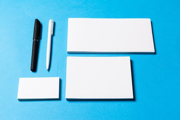 Leere büroobjekte für firmenpräsentation organisiert Premium Fotos
