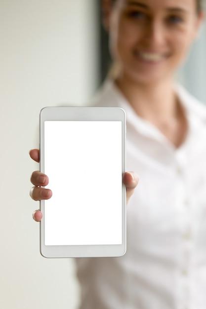Leere digitale tablette in der hand der unscharfen frau Kostenlose Fotos