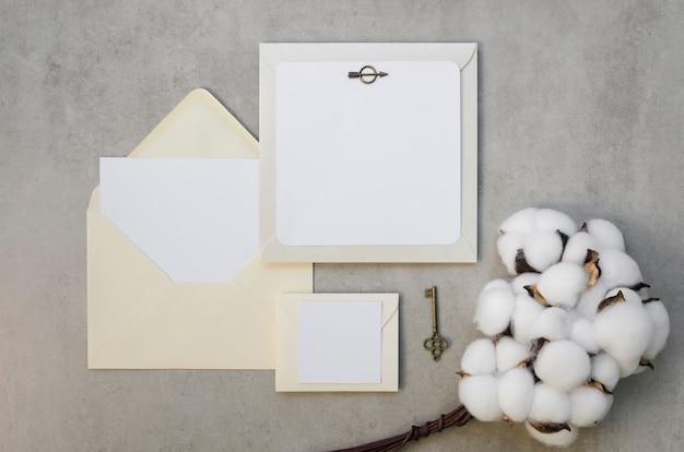 Leere einladungskarte mit baumwollblumen Kostenlose Fotos