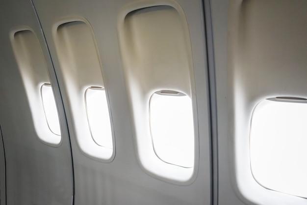 Leere flugzeugfenster Premium Fotos