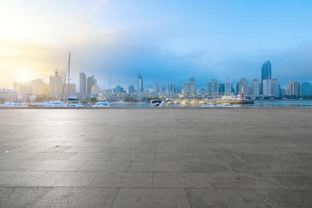 Leere fußböden und städtische skyline in qingdao, china Premium Fotos