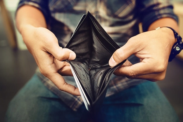 Leere geldbörse (kein geld) in den händen eines kaufmanns Premium Fotos