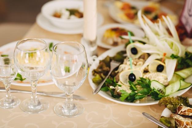 Leere gläser im restaurant Premium Fotos