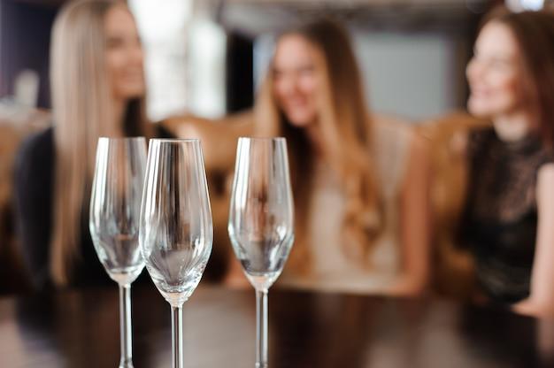 Leere gläser in einem restaurant auf dem tisch Premium Fotos