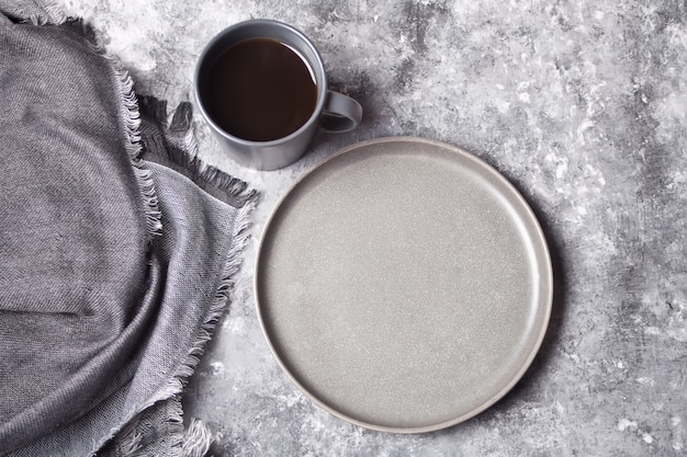 Leere graue platte und tasse kaffee Premium Fotos
