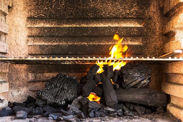 Leere grillgrube mit heißen holzkohlebriketts Kostenlose Fotos