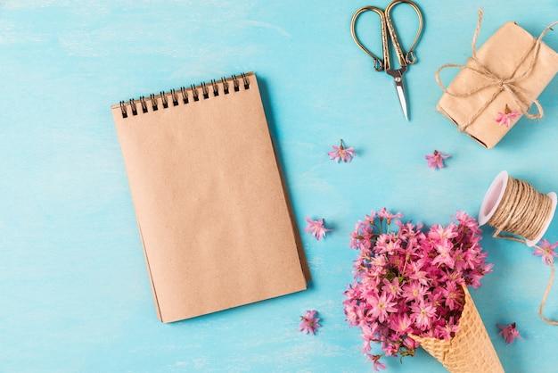 Leere grußkarte mit eistüte mit rosa kirsch- oder sakura-blüten der frühlingsblüte Premium Fotos