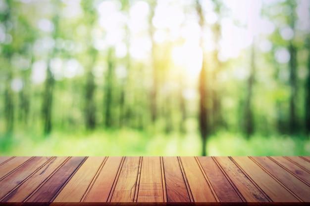 Leere hölzerne tabelle auf unschärfewaldhintergrund Premium Fotos