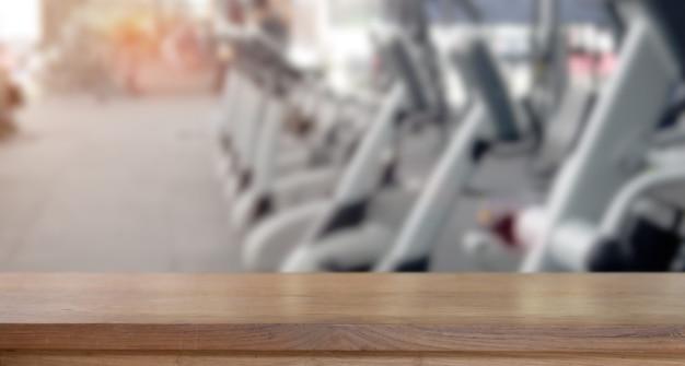 Leere hölzerne tabellenplatzplattform und eignungsturnhallenhintergrund Premium Fotos