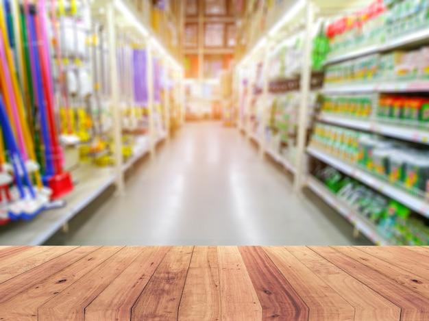 Leere hölzerne tischplatte auf regal im supermarkt Premium Fotos