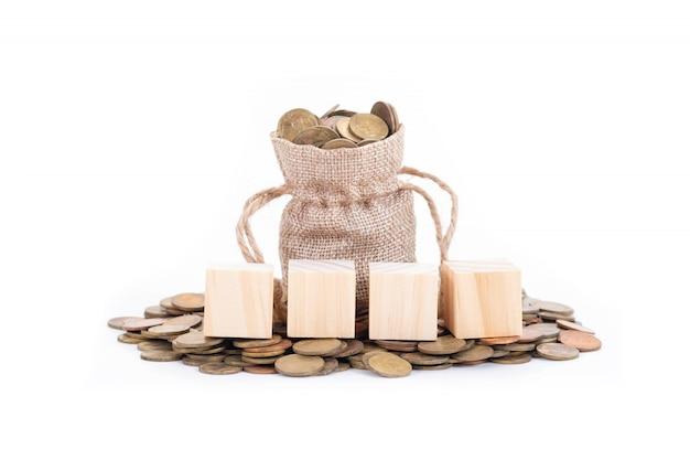 Leere holzklötze auf geldsäcken Premium Fotos