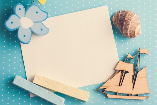 Leere karte auf blauem hintergrund mit boot Premium Fotos