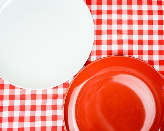 Leere keramische platte oder teller auf abendtische mit copyspace Premium Fotos