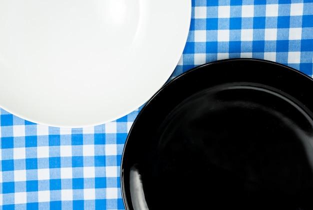 Leere keramische platte oder teller auf abendtische Premium Fotos