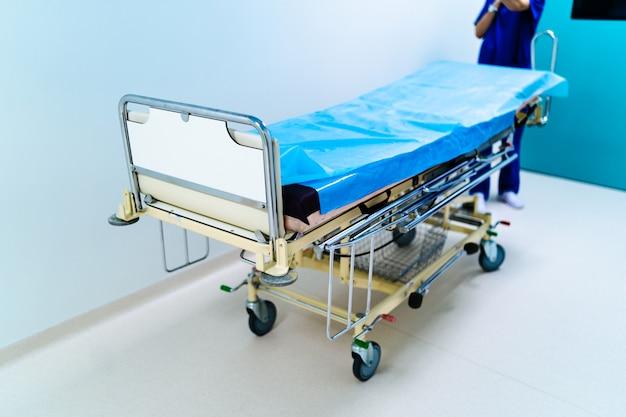 Leere krankenhaushalle mit chirurgischer transportausrüstung. Premium Fotos