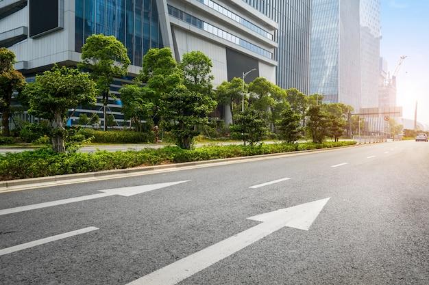 Leere landstraße mit stadtbild und skylinen von shenzhen, china. Premium Fotos