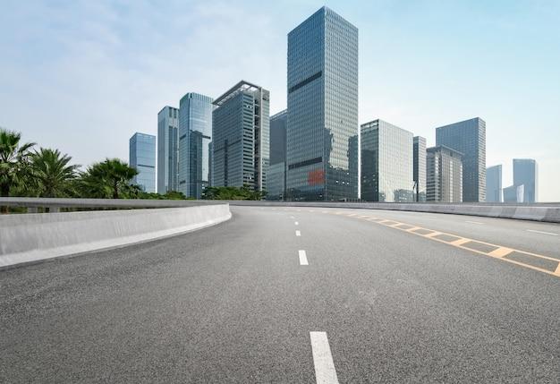 Leere landstraße mit stadtbild und skylinen von shenzhen, china Premium Fotos