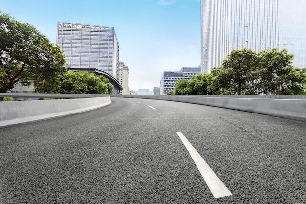 Leere landstraße mit stadtbild von chengdu, china Premium Fotos