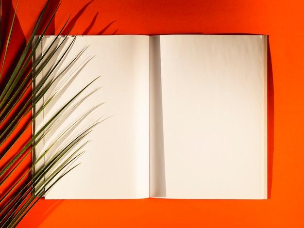 Leere papiere der draufsicht auf einem roten hintergrund Kostenlose Fotos