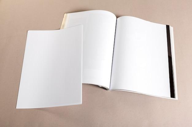 Leere papierstücke zum verspotten auf beige Premium Fotos