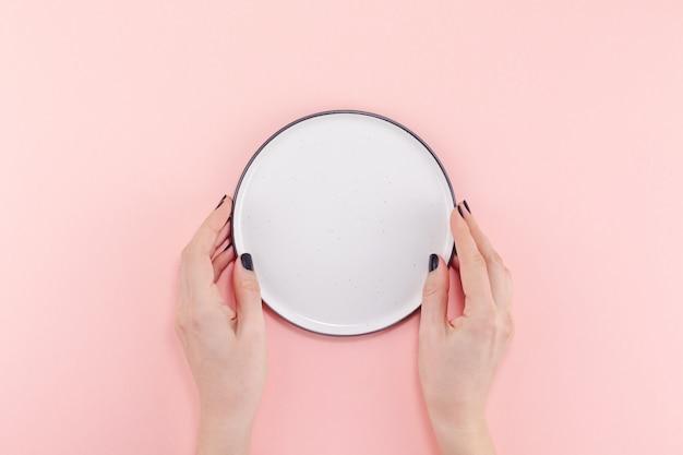 Leere platte in weiblichen händen Premium Fotos