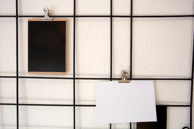 Leere postkarten auf nordischen metallgittern gitter postkarten wandrahmen Premium Fotos