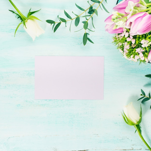 Leere purpurrote karte blüht tulpenrosen-frühlingspastellfarben. hintergrund copyspace Premium Fotos
