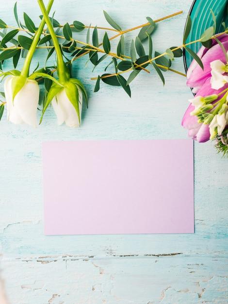 Leere purpurrote karte blüht tulpenrosenfrühlingspastellfarbhintergrund mit copyspace. Premium Fotos