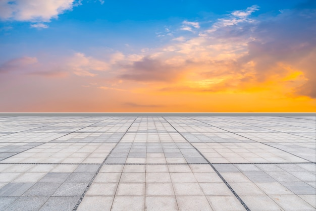 Leere quadratische fliesen und schöne himmelslandschaft Premium Fotos