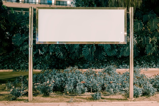 Leere rechteckige anschlagtafel im garten Kostenlose Fotos