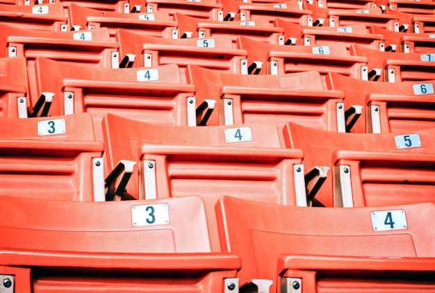 Leere rote sitzplätze im sportstadion Premium Fotos
