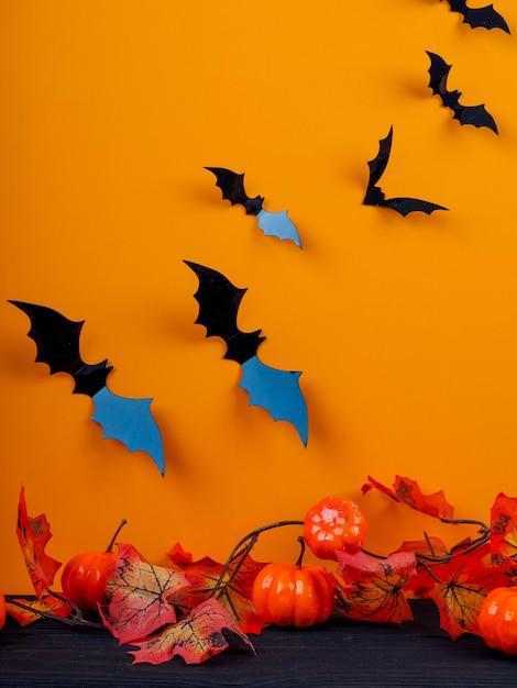 Leere rustikale tabelle vor spinnennetzhintergrund, orange hintergrund mit schlägern und spinnennetzen, halloween Premium Fotos