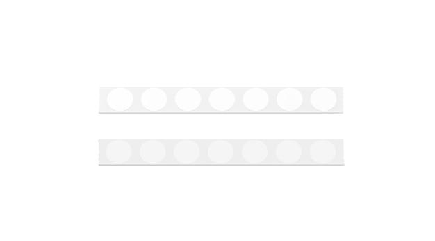 Leere silberne klebebandlinie mit weißen runden aufklebern, isoliert Premium Fotos