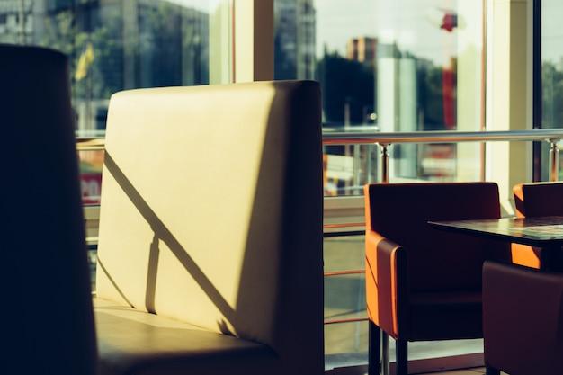 Leere stühle in einem café mit einem panoramafenster Premium Fotos