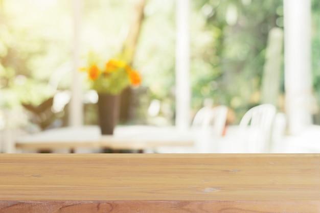 Leere tabelle des hölzernen brettes unscharfer hintergrund Premium Fotos