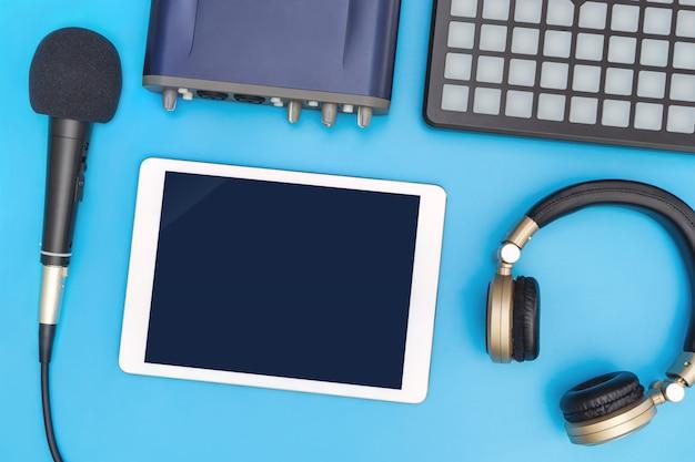 Leere tablette auf studioausrüstung für musikanwendungsspott oben Premium Fotos