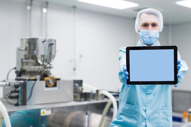 Leere tablette der wissenschaftlershow nahe maschinen Premium Fotos