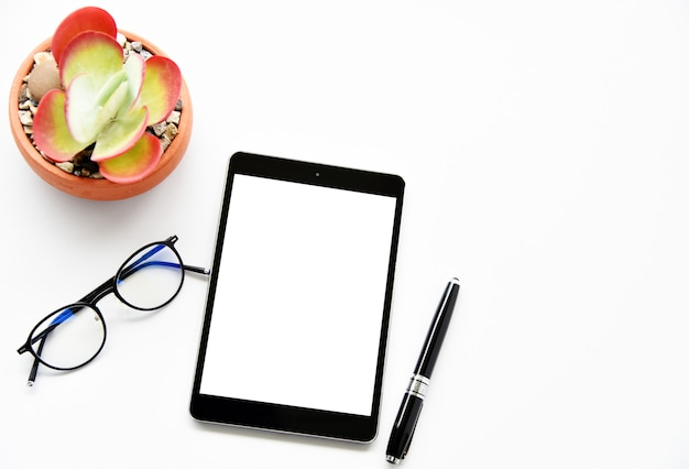 Leere tablette, sukkulenten und kaktus, stift auf dem schreibtisch Premium Fotos
