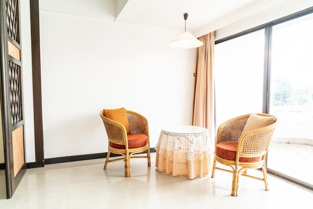 Leere tisch- und stuhldekoration im wohnzimmer Premium Fotos